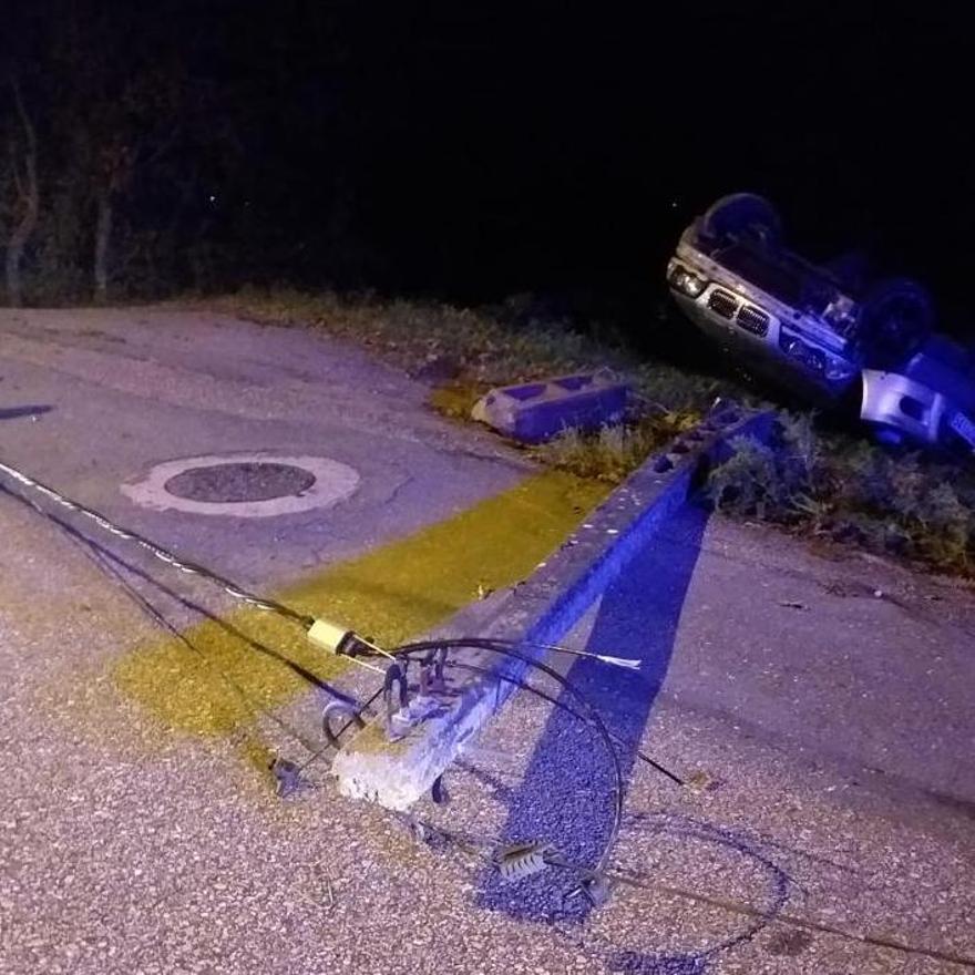 El poste arrancado en Tameiga tras el accidente