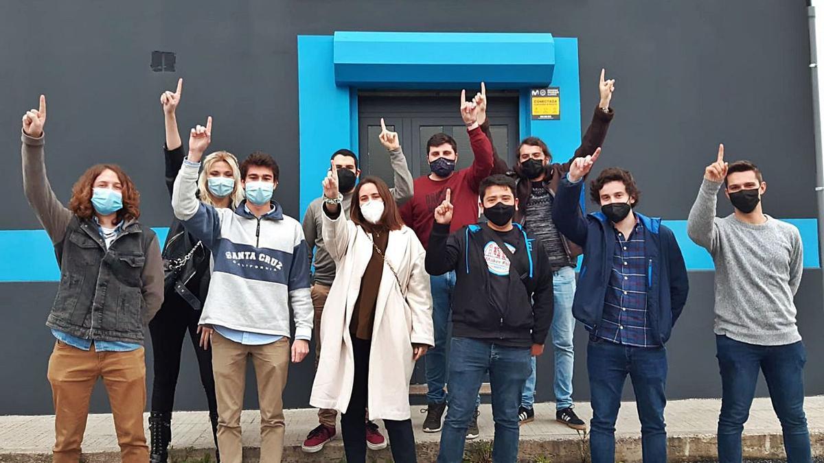 Los alumnos que participan en el proyecto, ante la sede de Triditive.