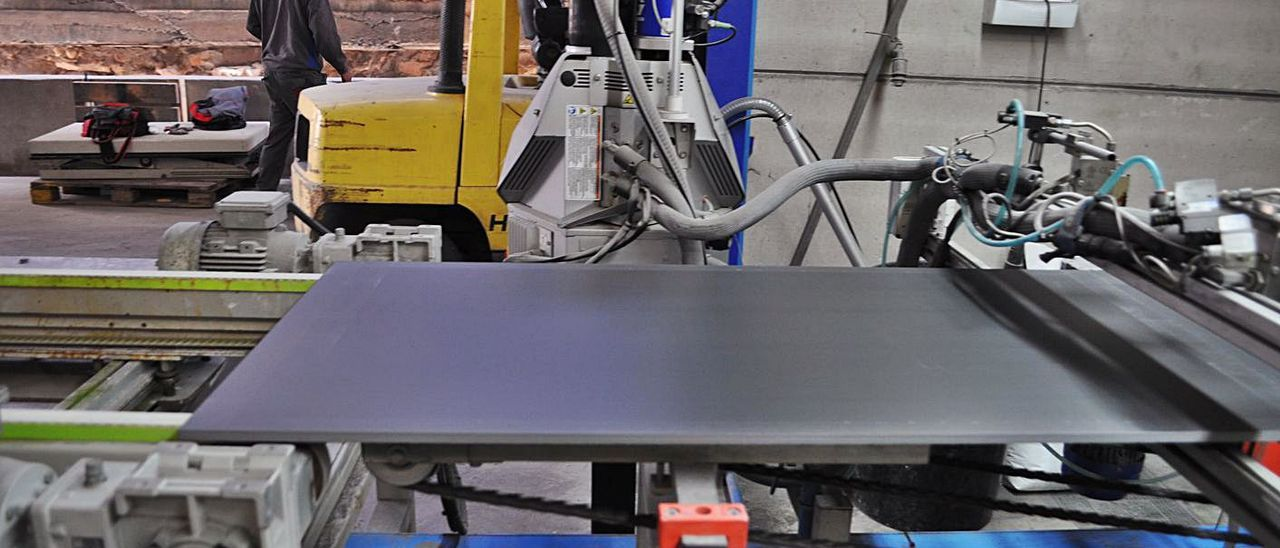 Interior de una planta de producción azulejera. | LEVANTE-EMV