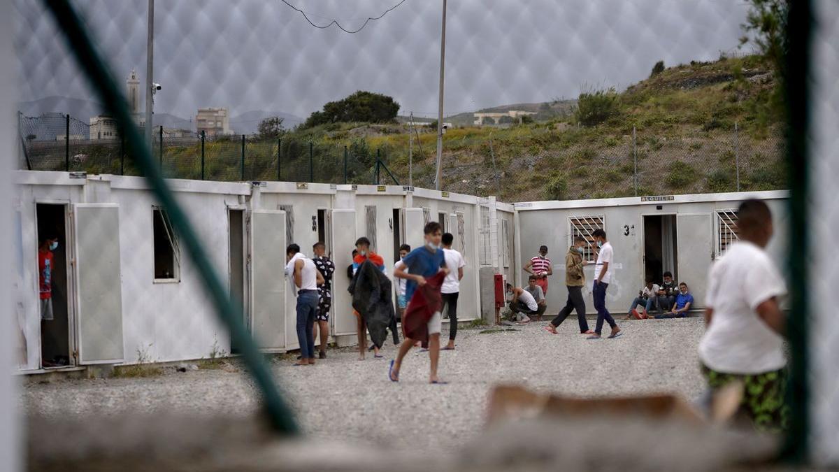 Menores migrantes esperan su paso a la península en el Campo Piniers.