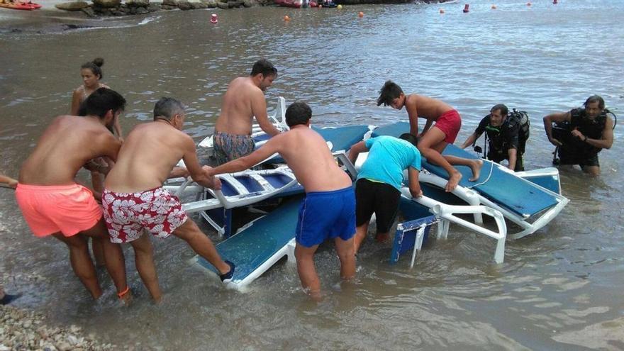 Recuperan del mar las hamacas que se llevó el barranco en la Granadella