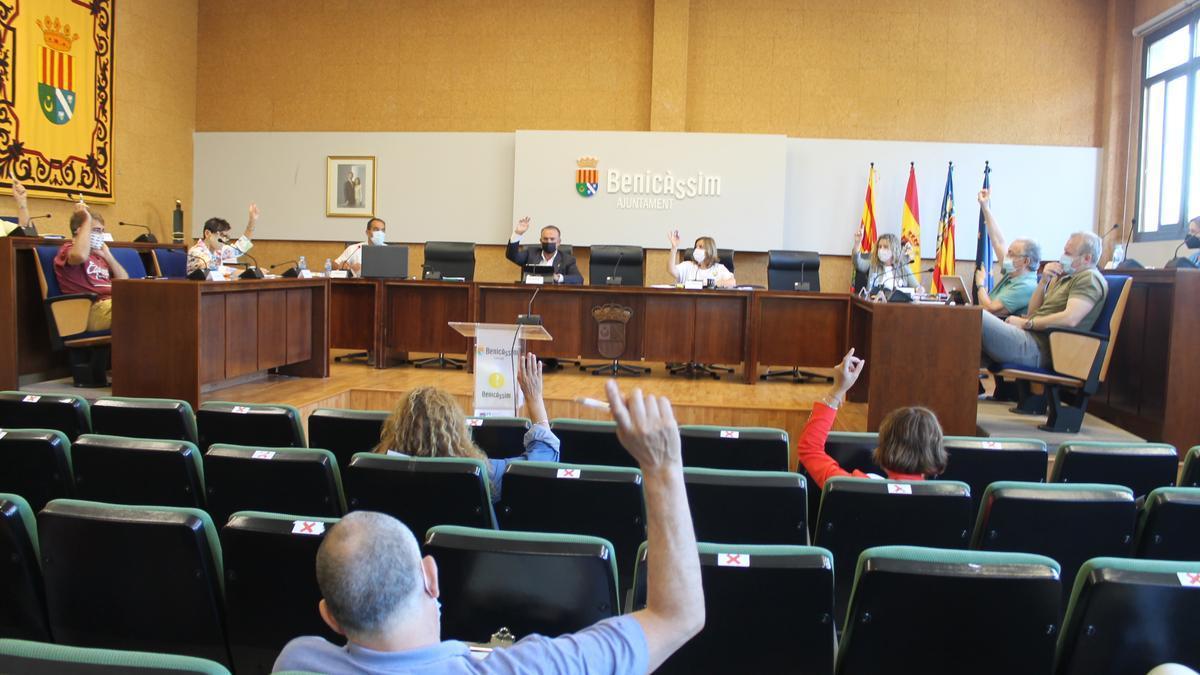 Instante de una votación durante el pleno de Benicàssim.