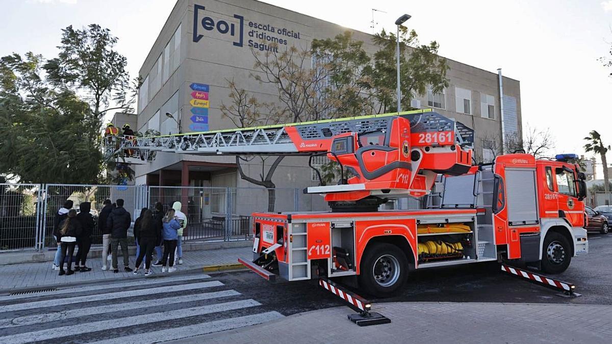 Los bomberos, al intervenir en la Escuela de Idiomas. | NODANIEL TORTAJADA