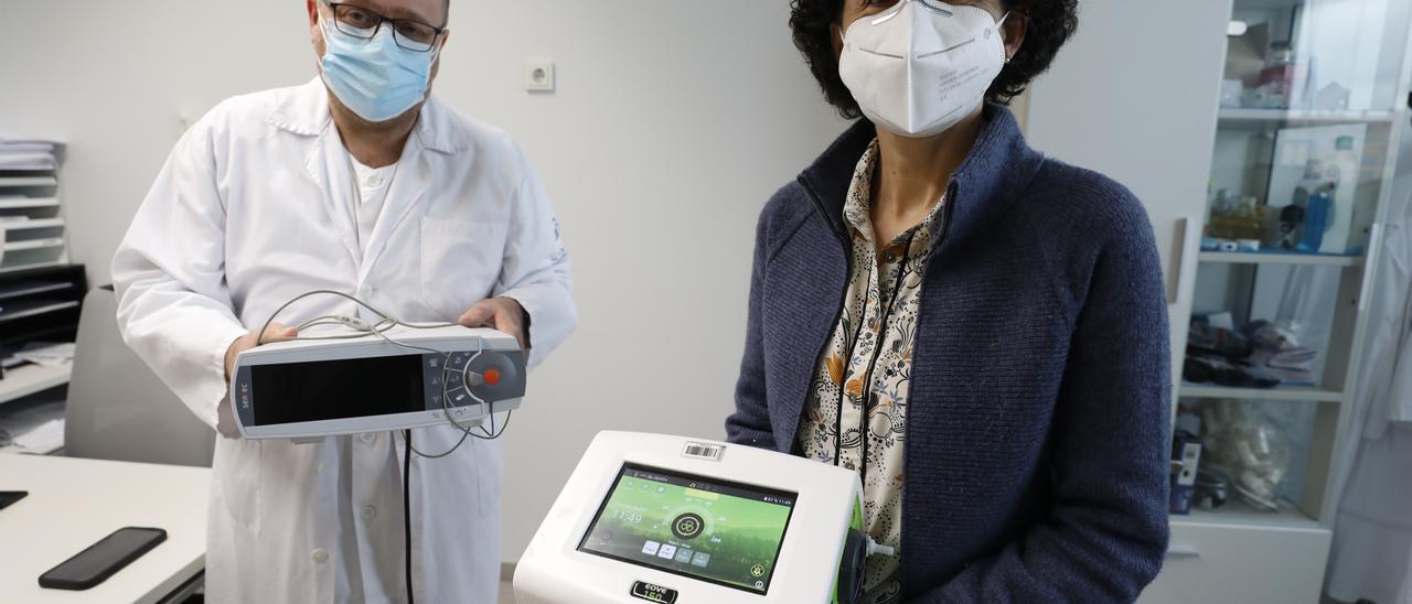 Francisco Rodríguez Jerez, neumólogo del HUCA, y Patricia Rodríguez, de VitalAire, muestran el nuevo dispositivo.   LNE