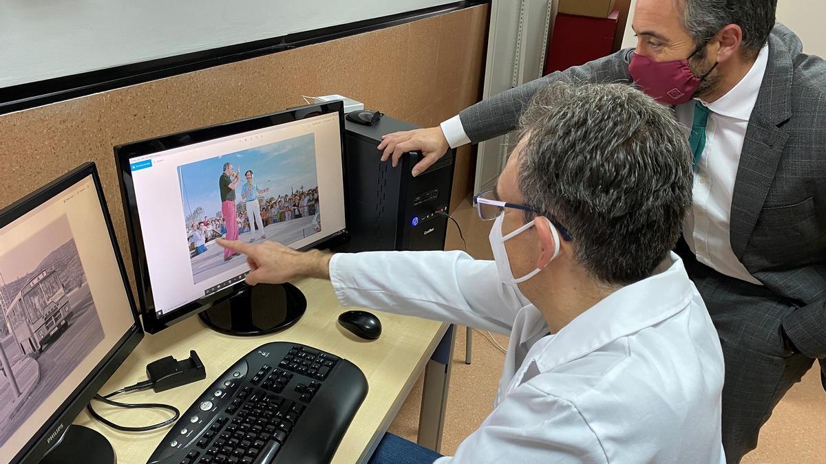 Rafael Gómez comprueba los trabajos de digitalización realizados por el Laboratorio de Investigación Fotográfica de la Universidad de Murcia.