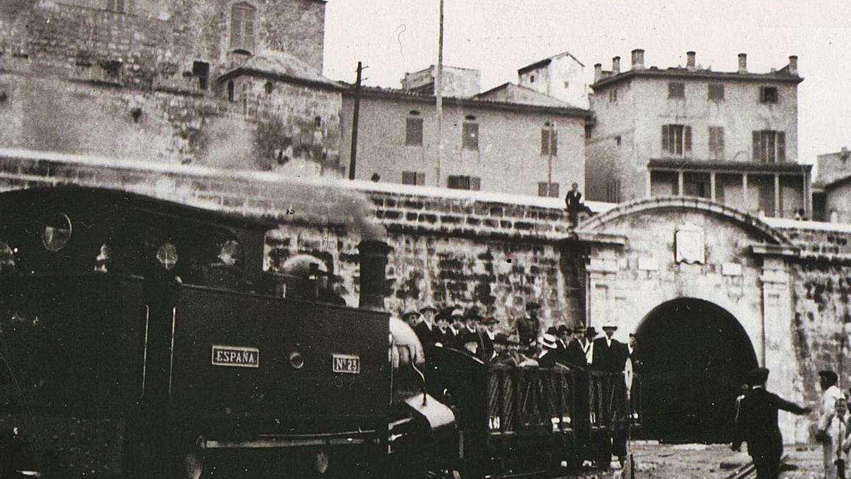 Inauguració al 1931 de la porta del túnel del tren a la murada.