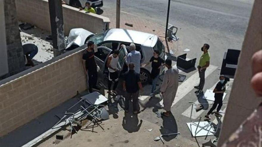 Dos muertos al arrollar un coche la terraza de un bar en Murcia