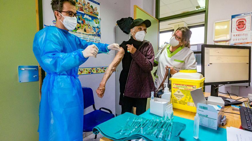 La vacuna contra el covid-19 llega los mayores de 90 años de la Marina Baixa