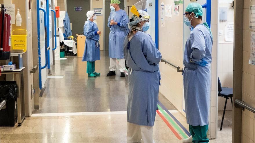 Dos pacientes con covid más en UCI en una jornada con un fallecido