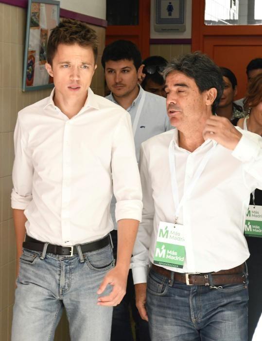 Iñigo Errejón deposita su papeleta en un ...