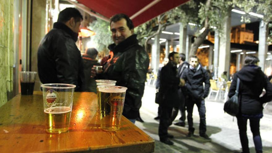 Desde 2023 se pagará por los vasos de plástico y el agua del grifo será gratis en los bares