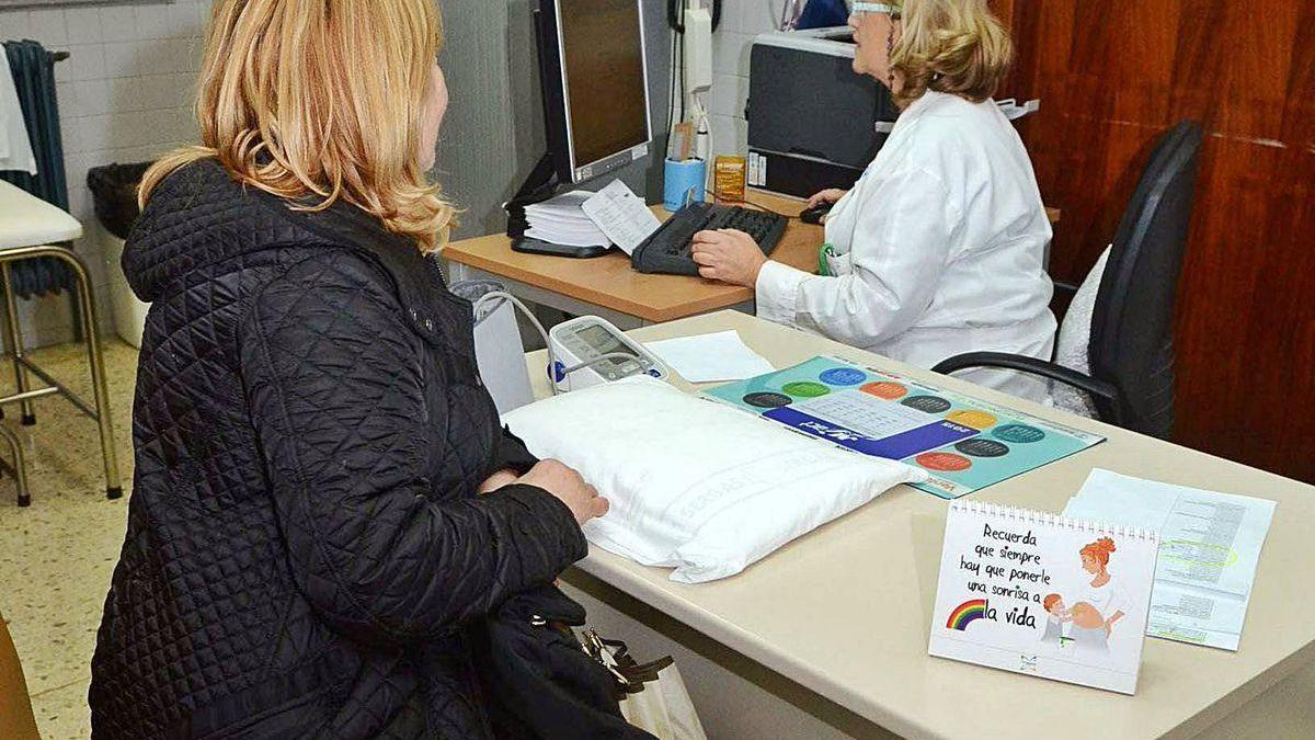 Una paciente en la consulta de su centro de salud.