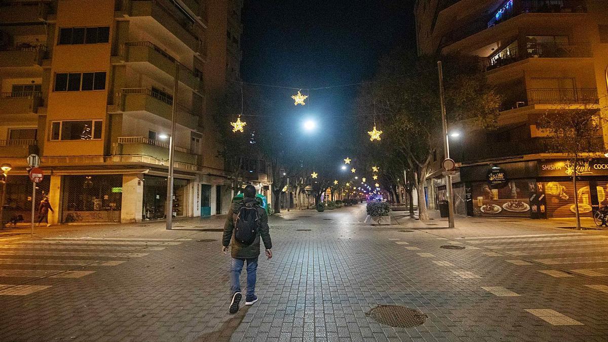 Un hombre vuelve a casa en una calle Blanquerna vacía por el toque de queda.