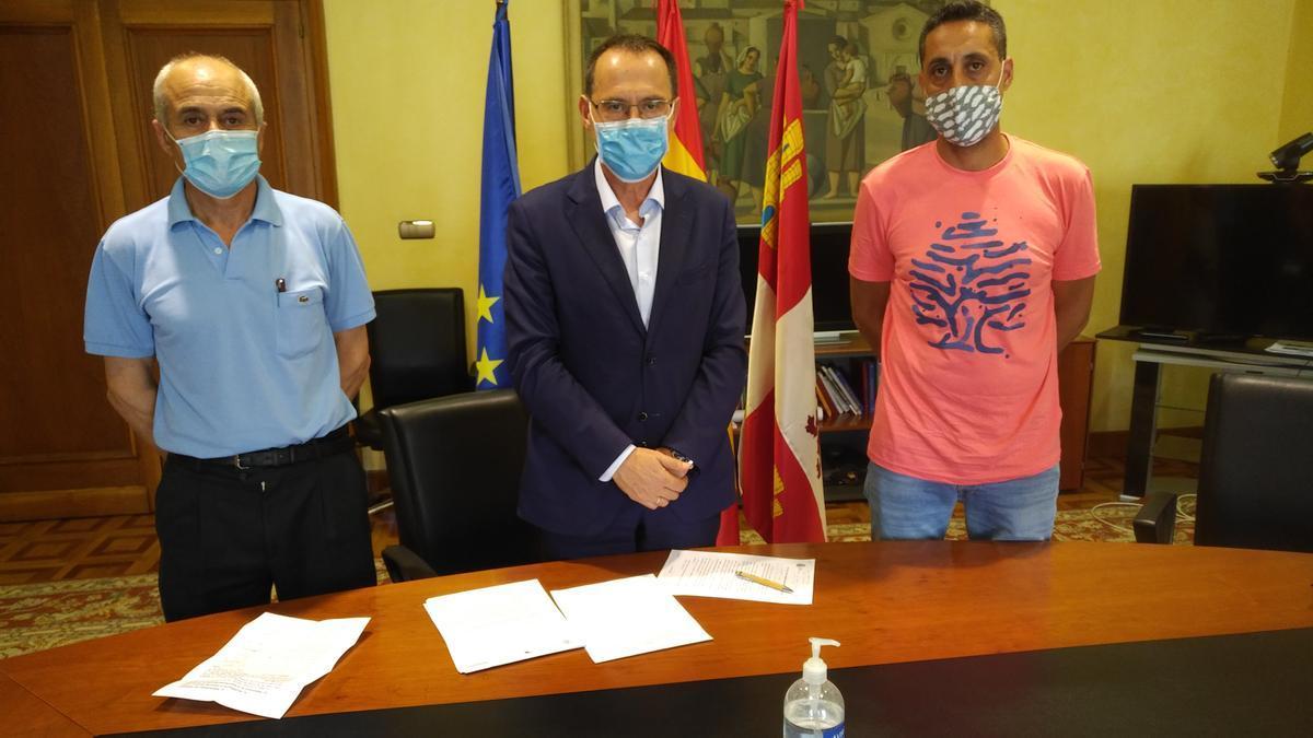 Reunión del subdelegado de Zamora, Ángel Blanco, para el alcalde de Fonfría, Sergio López.