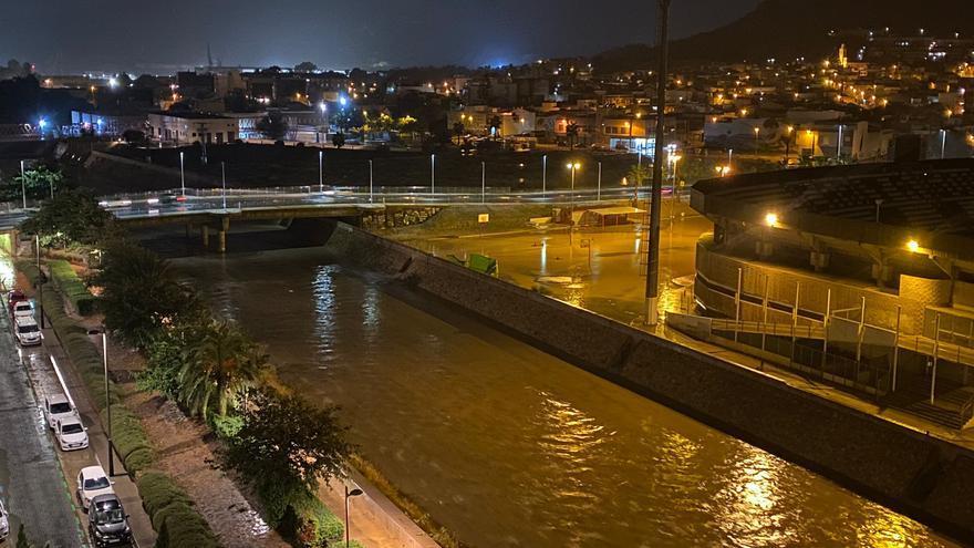 Cortes de carreteras y caídas de árboles en Cartagena tras las fuertes lluvias de madrugada