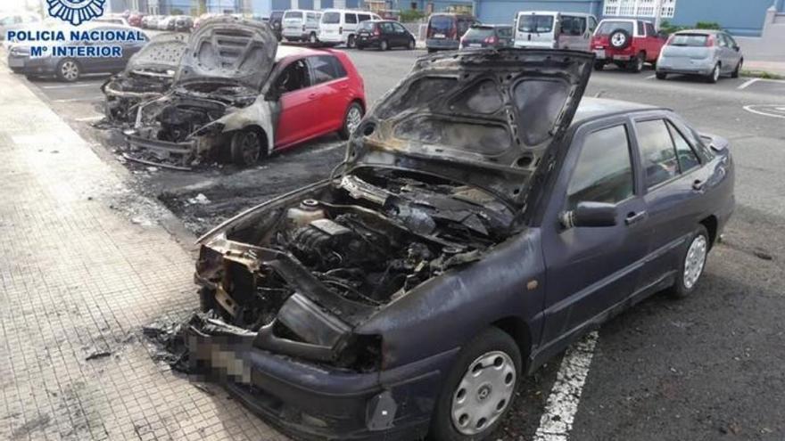 Se salta el estado de alarma y quema cuatro coches