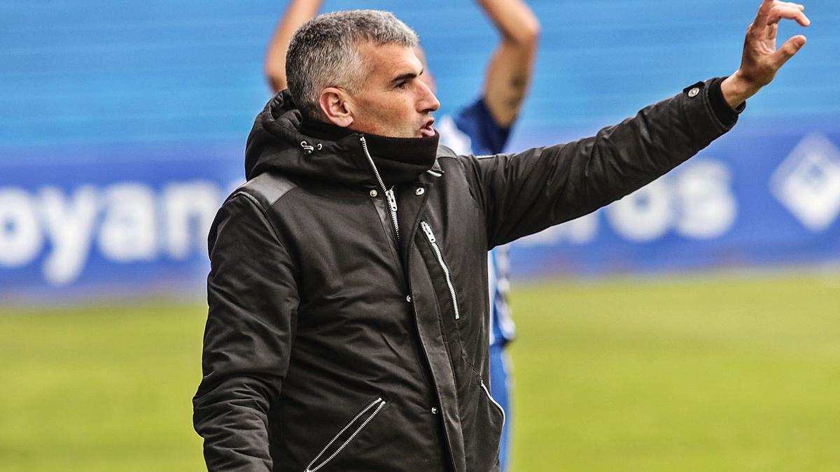 Vicente Parras, técnico del Alcoyano, da instrucciones en un partido en El Collao.
