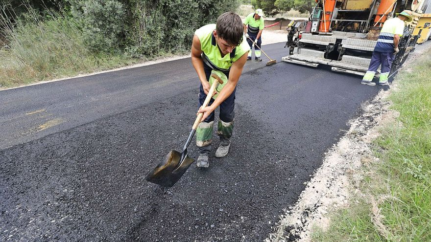 Elche asfalta tras 25 años los dos kilómetros del camino del faro que comunica con Santa Pola