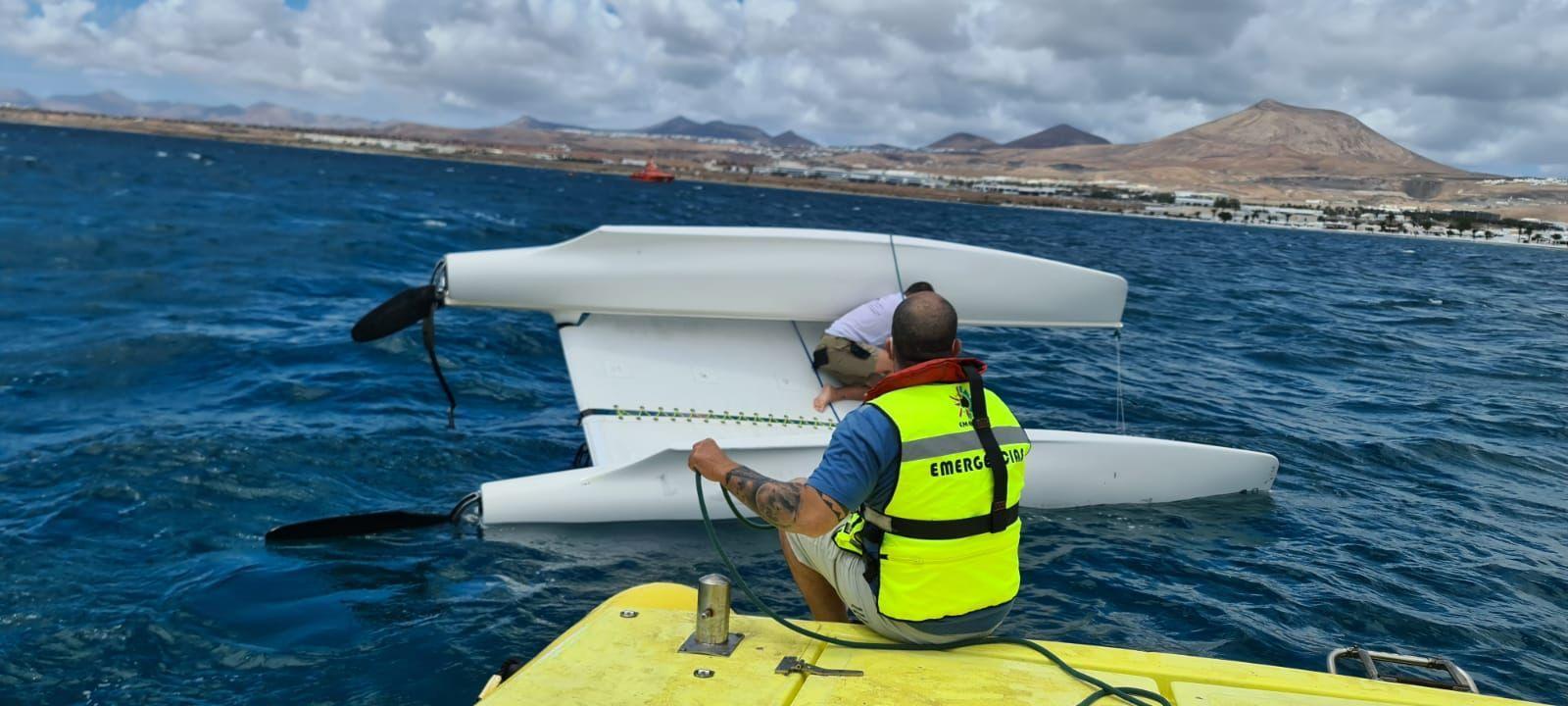 Catamarán volcado en aguas de Lanzarote