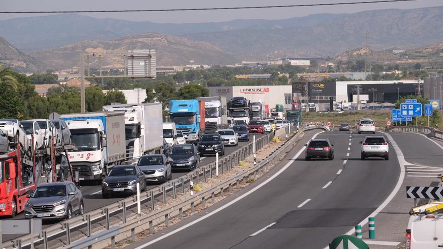 Largas colas en la autovía A-31 en dirección Madrid-Alicante por un accidente de tráfico