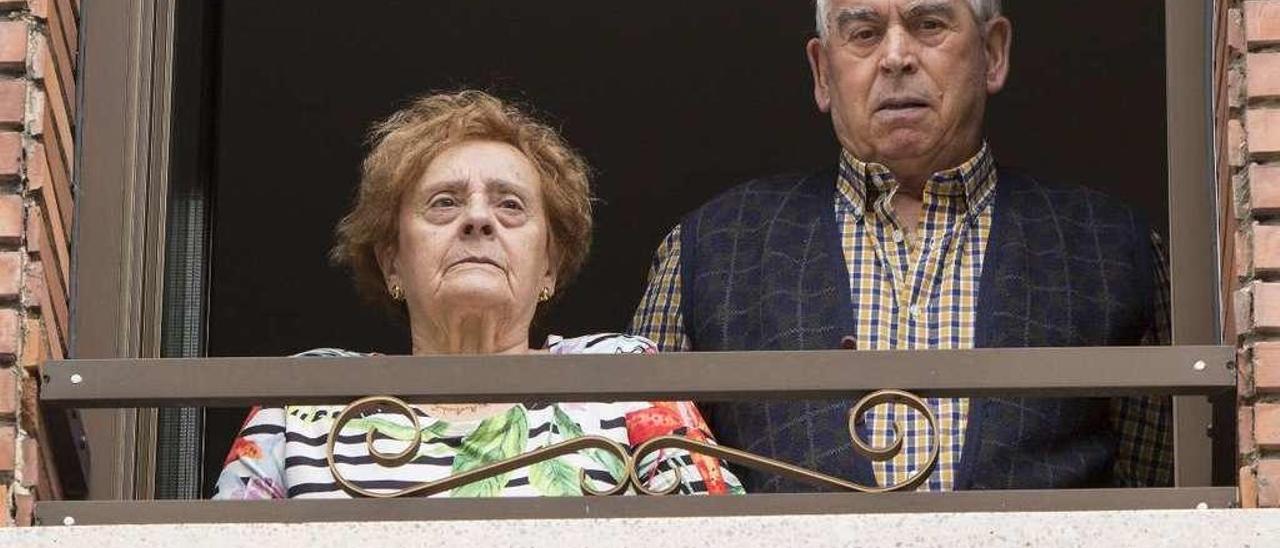 Ramiro López y Alejandrina Bernardo, en la ventana de su casa de Oyanco.