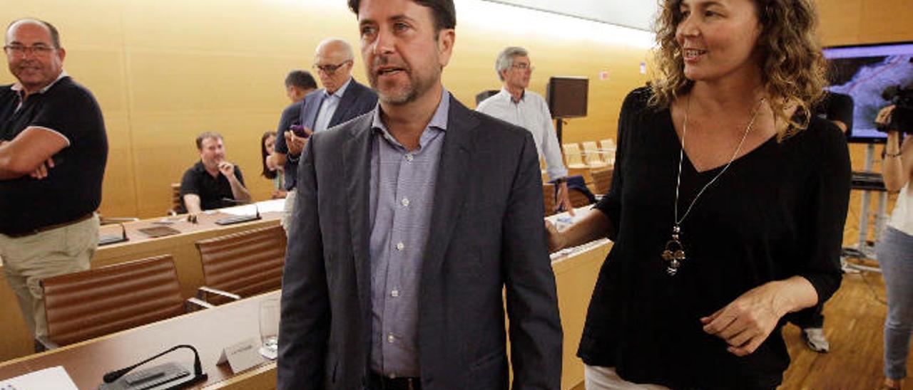 Carlos Alonso, junto a la consejera de Obras Públicas, Ornella Chacón, ayer en el Cabildo de Tenerife.