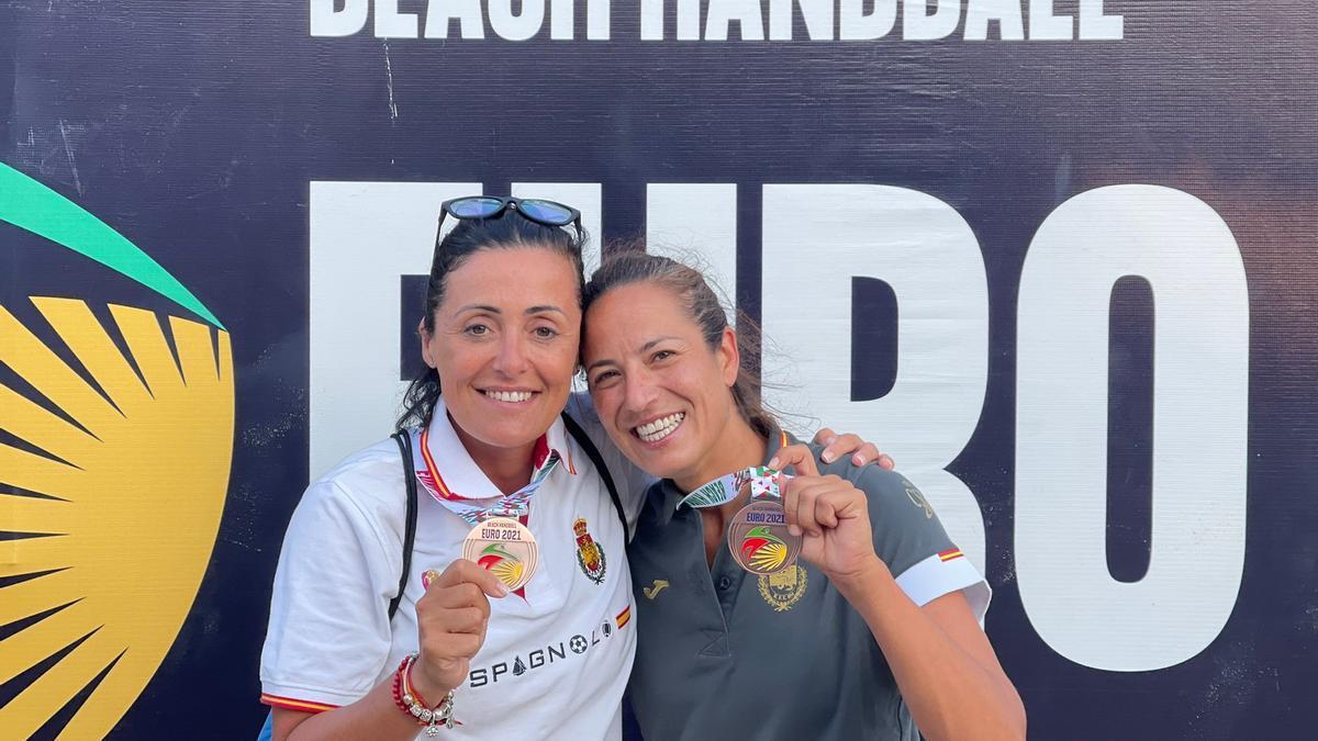 Pepa Moreno y Virginia Fernández posan con la medalla de bronce