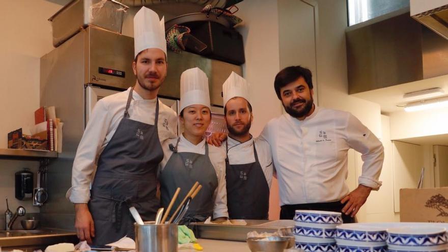El equipo de cocina del Silabario, capitaneado por el chef Alberto González