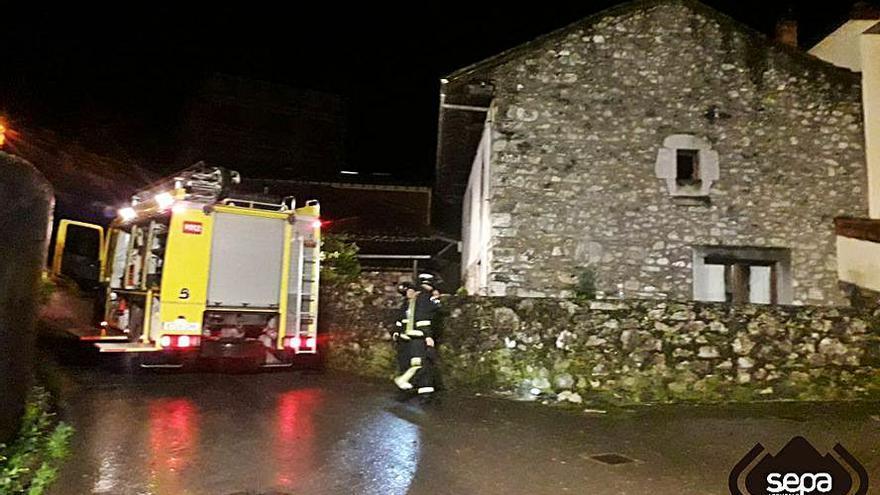 Un incendio provoca daños en una casa de Porrúa, en Llanes