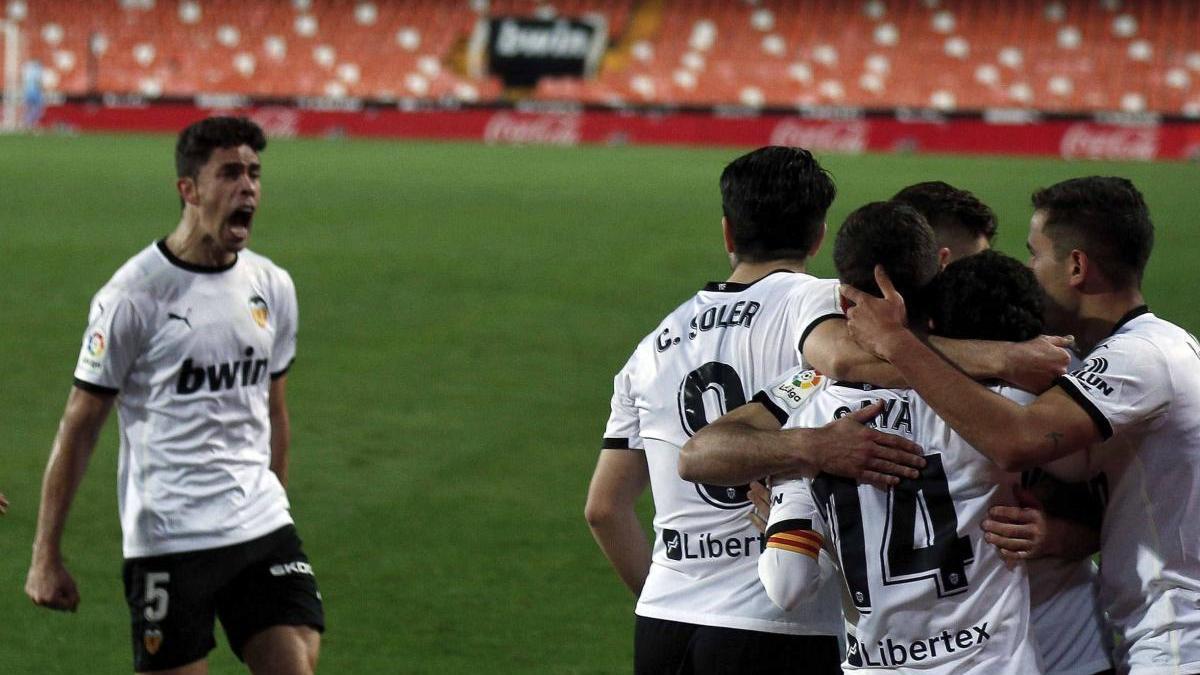 Los jugadores del Valencia celebran el segundo gol ante el Villarreal.