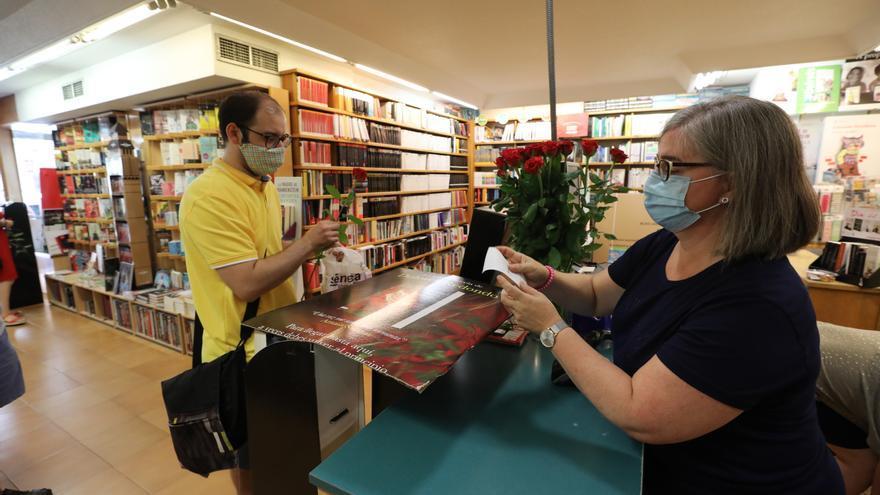 Las librerías de Elche regalan una rosa y hacen descuentos por San Jordi