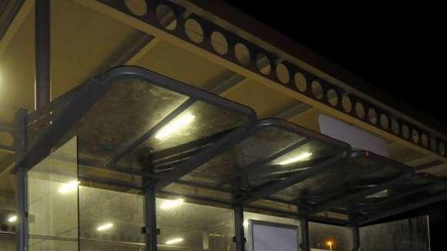 El Ayuntamiento instala en Turón una marquesina de autobús con filtros solares