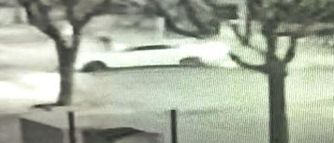 Imágenes grabadas por una cámara de seguridad que muestran cómo la conductora embiste al joven, que cae al  suelo tras agarrarse al capó y cómo ella regresa después.