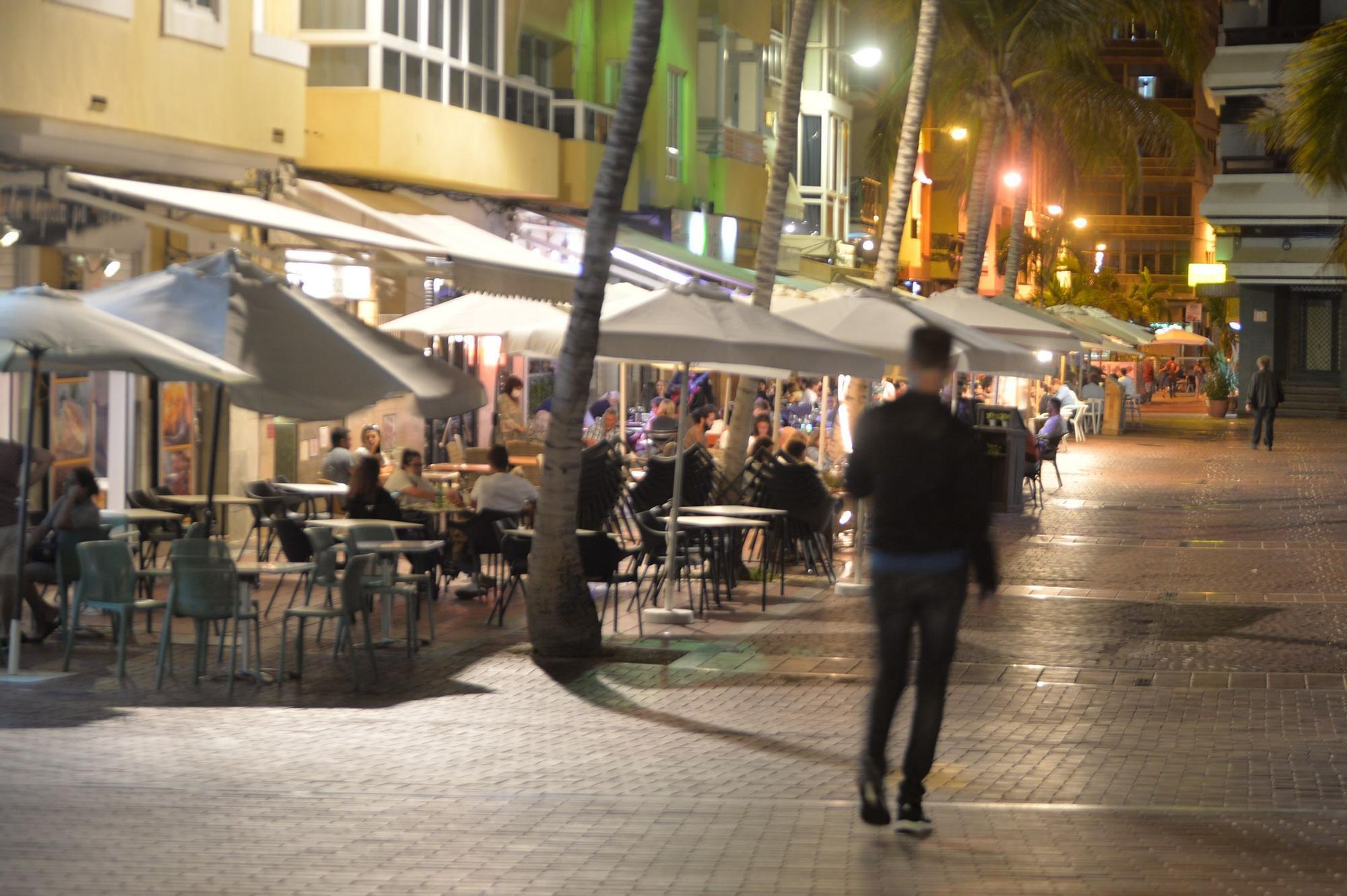 Ambiente previo al toque de queda en Las Canteras (9/05/2021)