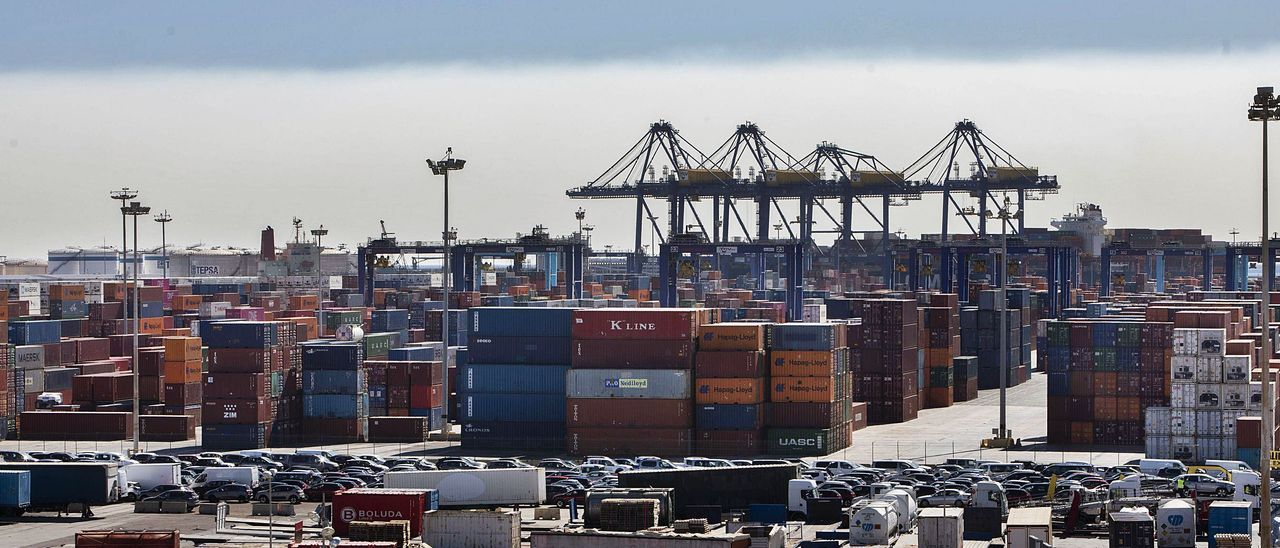 Vista del Puerto de València desde la terminal de APM-Maersk, en una imagen del pasado mes de octubre. | GERMÁN CABALLERO