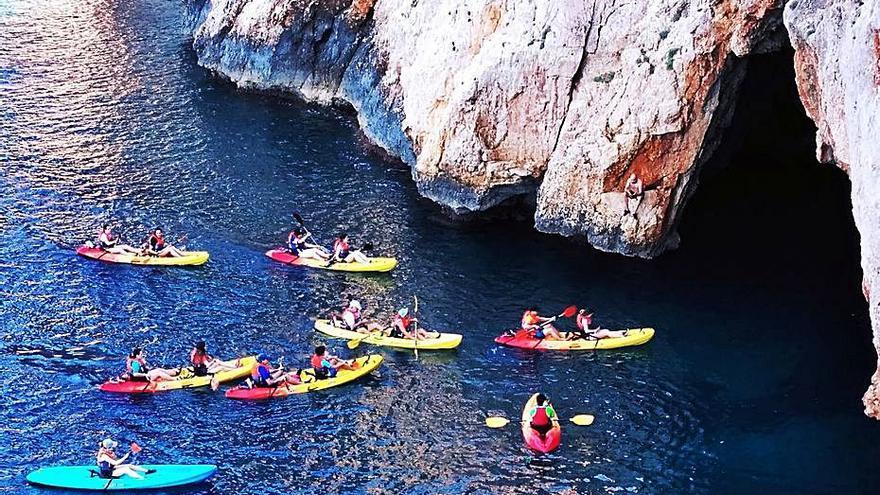 Furor de kayaks en la costa de acantilados de Xàbia