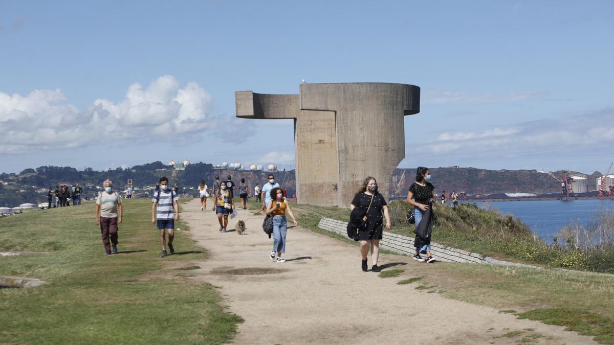 """Turistas junto al """"Elogio del Horizonte""""."""