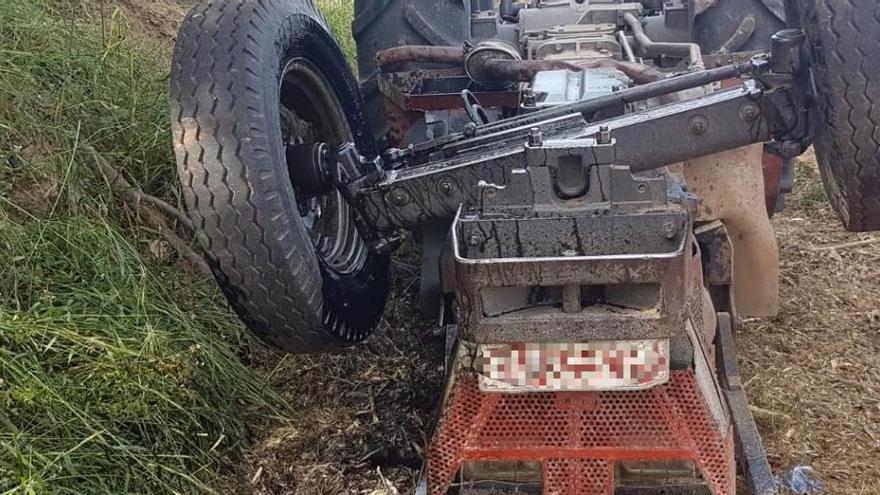 Un hombre fallece al volcar su tractor en Rafelguaraf