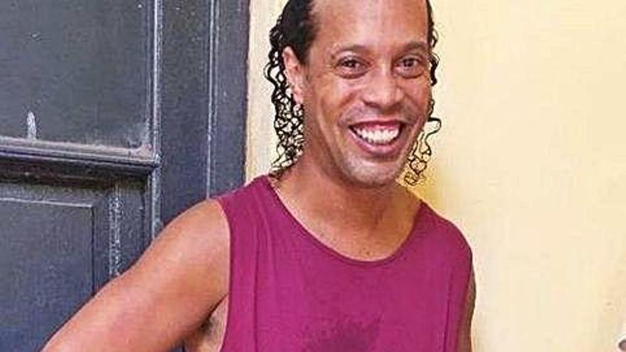 Ronaldinho Gaúcho participa i guanya  un torneig jugat a la presó del Paraguai