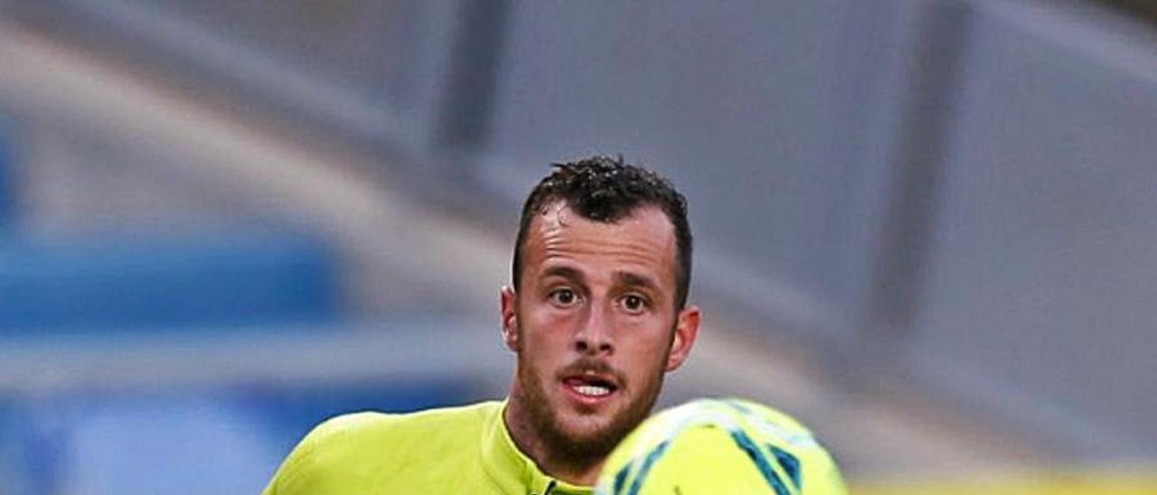 Ale Díez, con el balón durante un entrenamiento en el Gran Canaria.