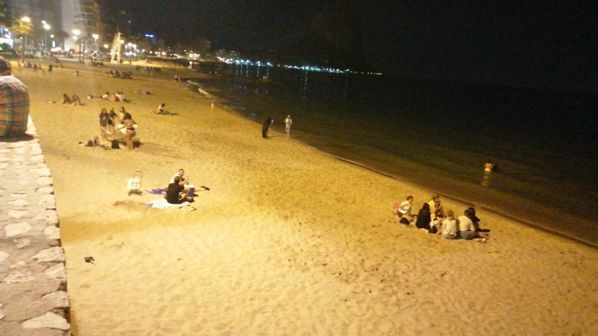 Amigos y familias desperdigados en la playa del Arenal-Bol