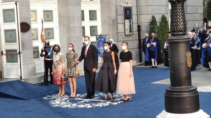 Los tacones de Leonor, la falda de tul de Sofía y el impresionante vestido negro de la Reina Letizia: así fue la entrada de la Familia Real en el Campoamor