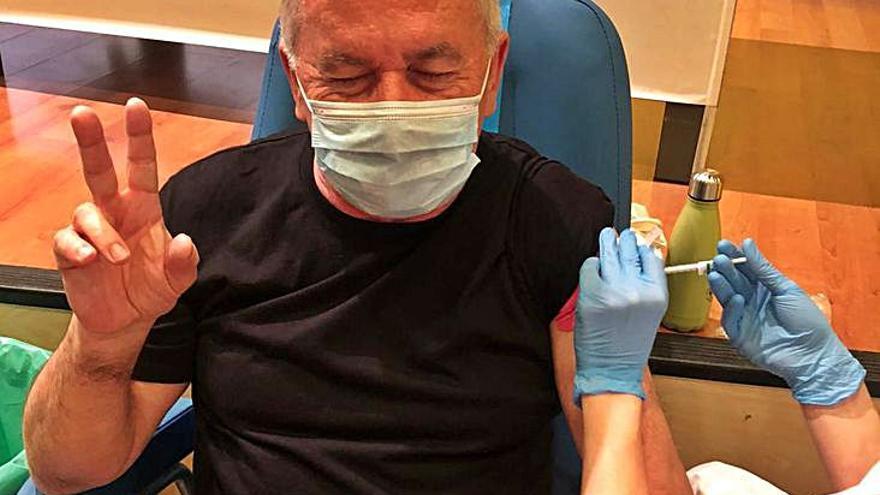 Víctor Manuel se vacuna y muestra una foto par dar ejemplo
