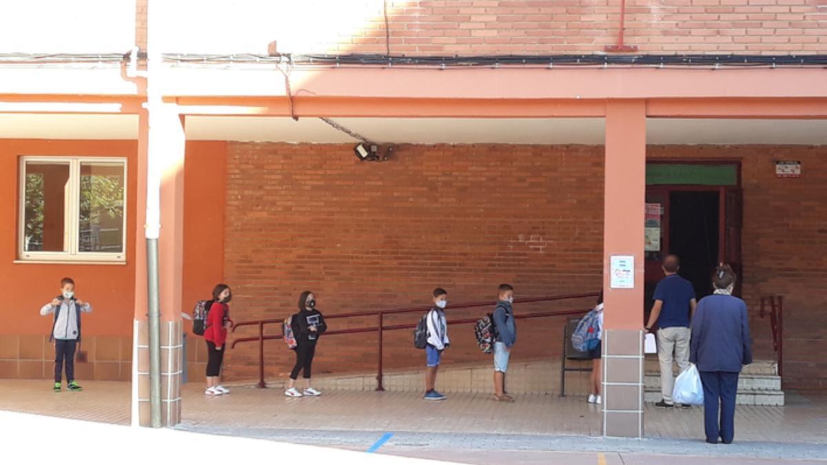 Escolares del colegio Las Eras de Benavente, a la entrada de clase. / E. P.