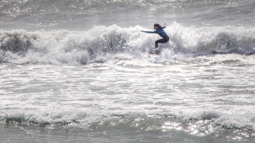 Orihuela permitirá la práctica del surf en temporada alta cuando ondee la bandera roja