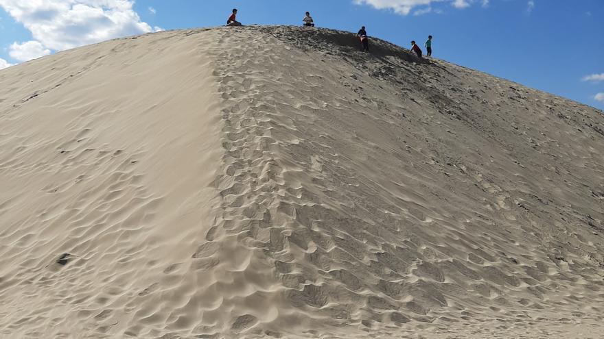 Una enorme duna de arena se convierte en la nueva atracción en una playa de Peñíscola