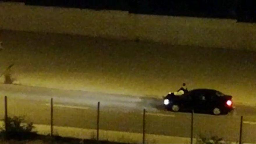 Pillado gracias a un vídeo el joven que conducía con amigos en el capó