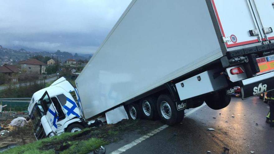 Aparatoso accidente en Redondela por la salida de vía de un camión