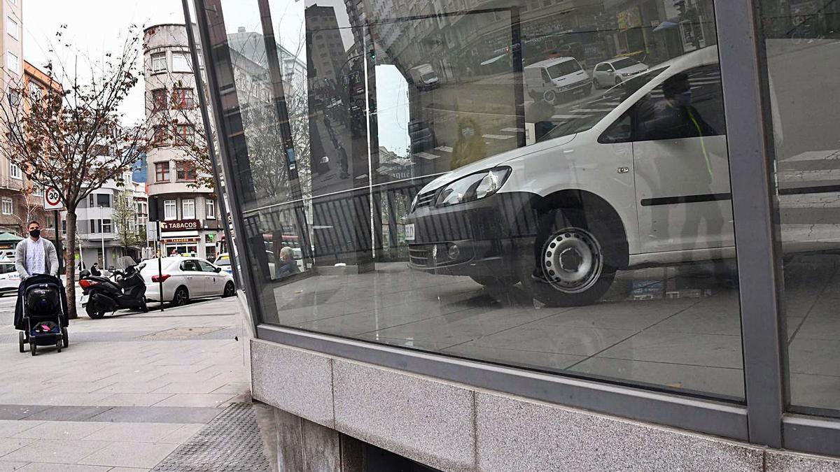 Un vehículo, ayer, en el interior del antiguo concesionario de Citroën.     // CARLOS PARDELLAS