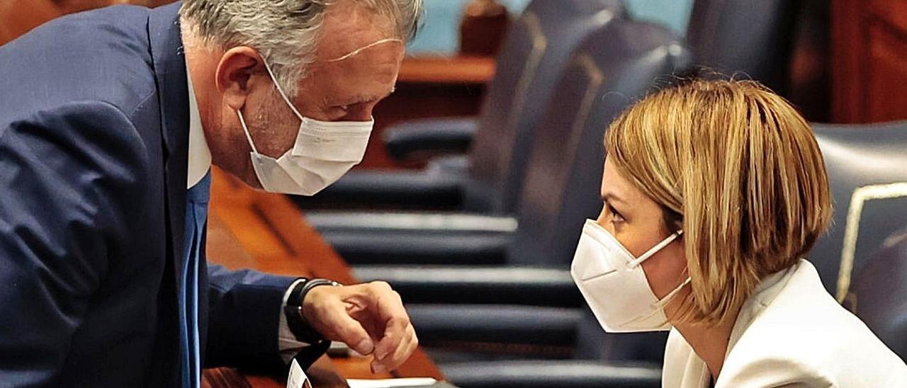 Ángel Víctor Torres habla con Noemí Santana en el Parlamento.